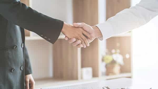 Personnes qui se serrent la main